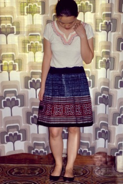 white t-shirt sapa skirt black flats by 14 shades of grey
