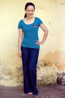 teal t-shirt wide-leg jeans owl brooch by 14 shades of grey