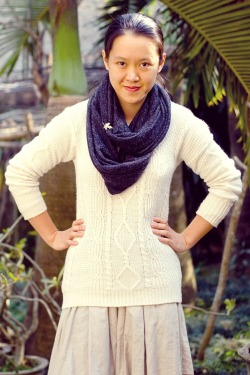 white cable knit sweater khaki skirt grey scarf by 14 shades of grey