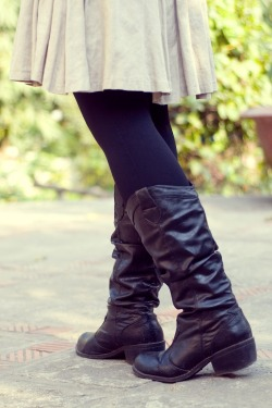 khaki skirt black boots by 14 shades of grey